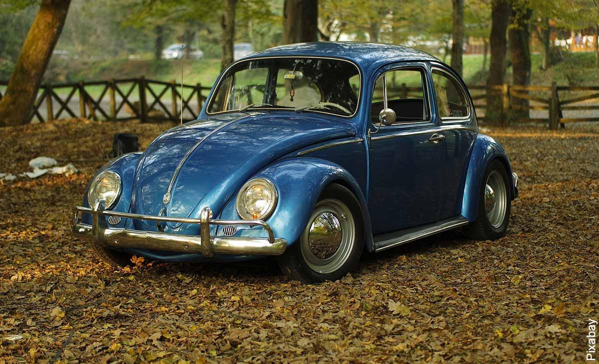 Foto de un auto escarabajo azul que muestra lo que es soñar con carro