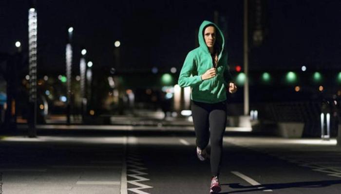 Foto de correr en la oscuridad