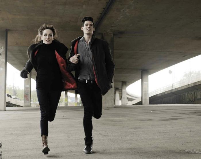Foto de una pareja corriendo