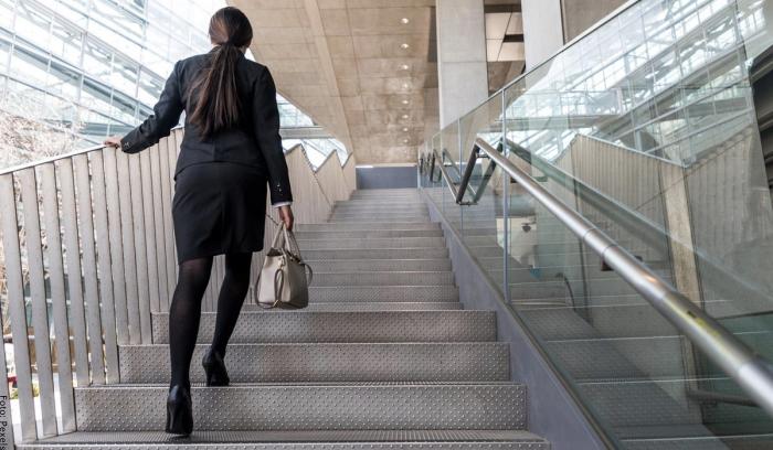 Foto de una mujer subiendo escaleras