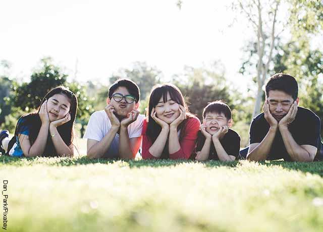 Foto de una familia en un parque acostados