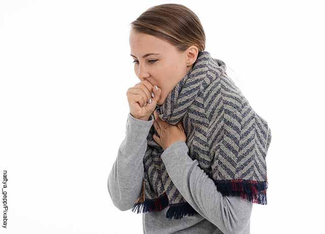 Foto de una mujer tosiendo que revela lo que es soñar con familiares