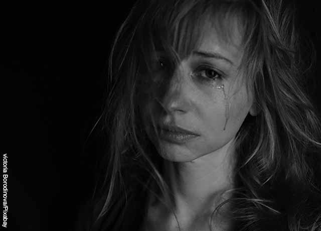 Foto de una mujer llorando
