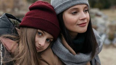 Foto de dos mujeres, una recostada sobre la otra que muestra lo que es soñar con familiares