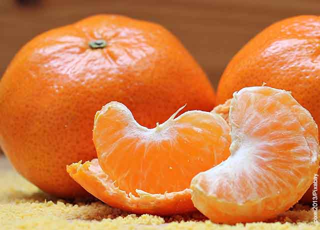 Foto de mandarina y sus gajos