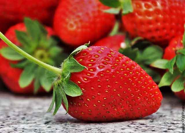 Foto de fresas rojas sobre una mesa