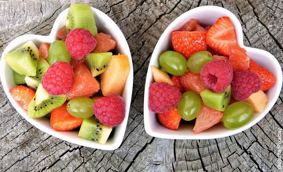 Foto de dos tazos en forma de corazón con fruta que muestra lo que significa soñar con frutas