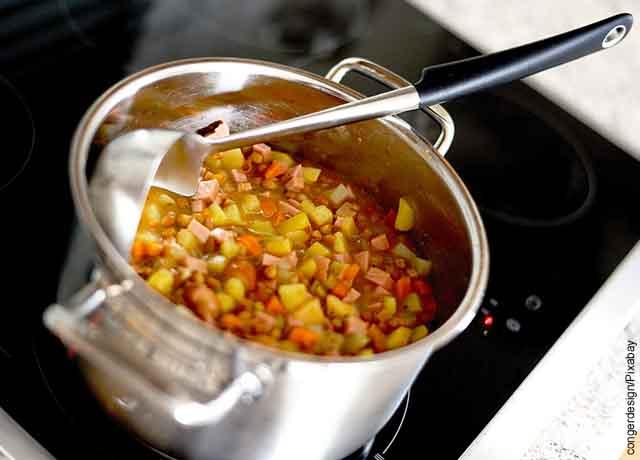 Foto de una sopa de verduras que muestra lo que es soñar con lentejas