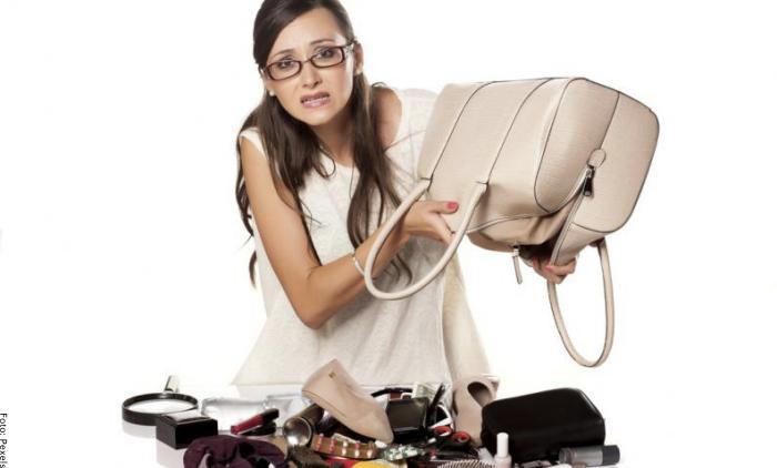 Foto de mujer buscando las llaves