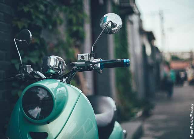 Foto del timón de una moto azul
