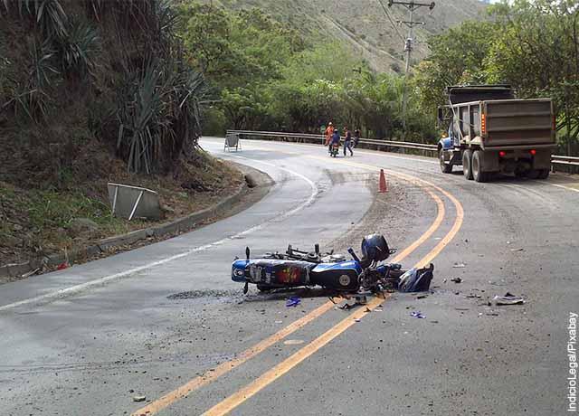 Foto de una moto accidentada en el piso que revela lo que es soñar con moto
