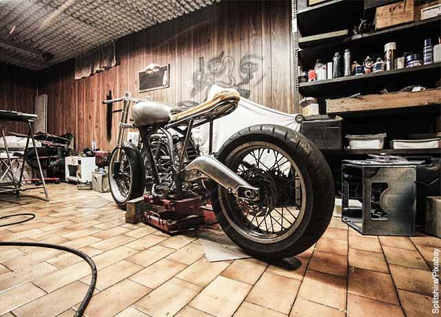 Foto de una motocicleta grande en un taller