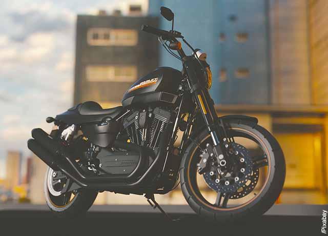 Foto de una motocicleta negra parqueada