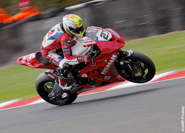 Foto de una moto de carreras roja con su piloto