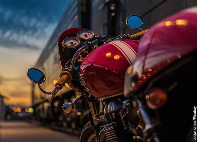 Foto de una moto roja parqueada en la calle