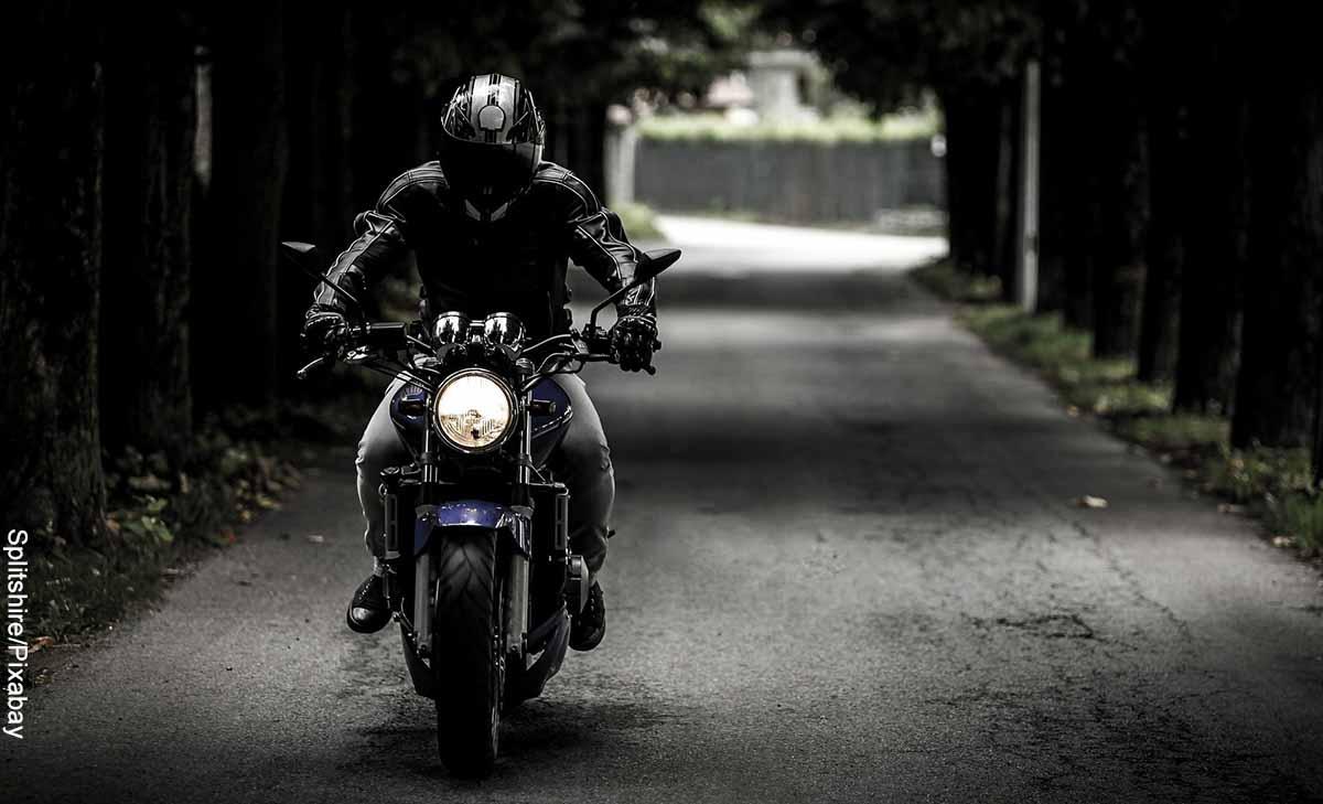 Foto de un hombre montando una moto negra que muestra lo que es soñar con moto