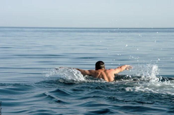 Foto de hombre nadando en el mar