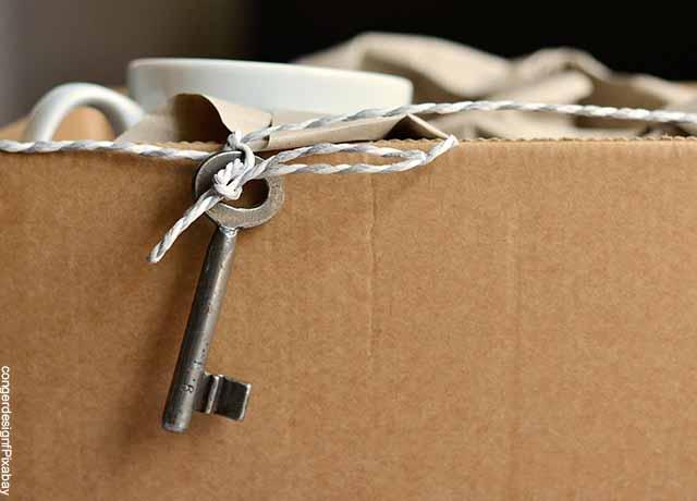 Foto de una llave cogada a una caja de cartón