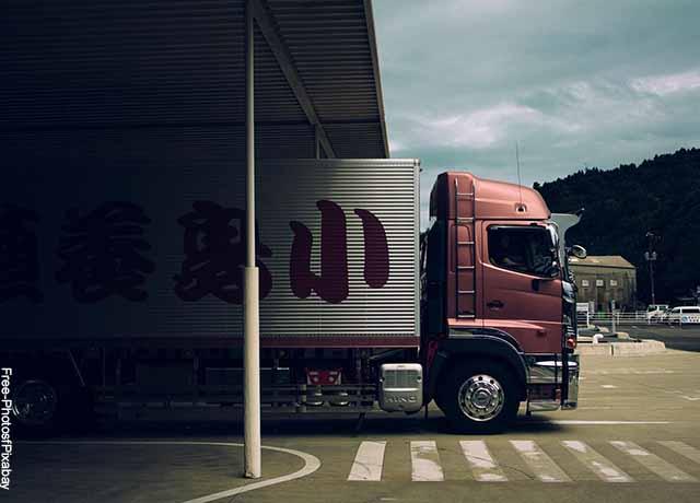 Foto de un camión andando por las calles de una ciudad