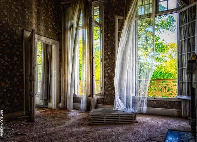 Foto de las ventanas de una casa desocupada