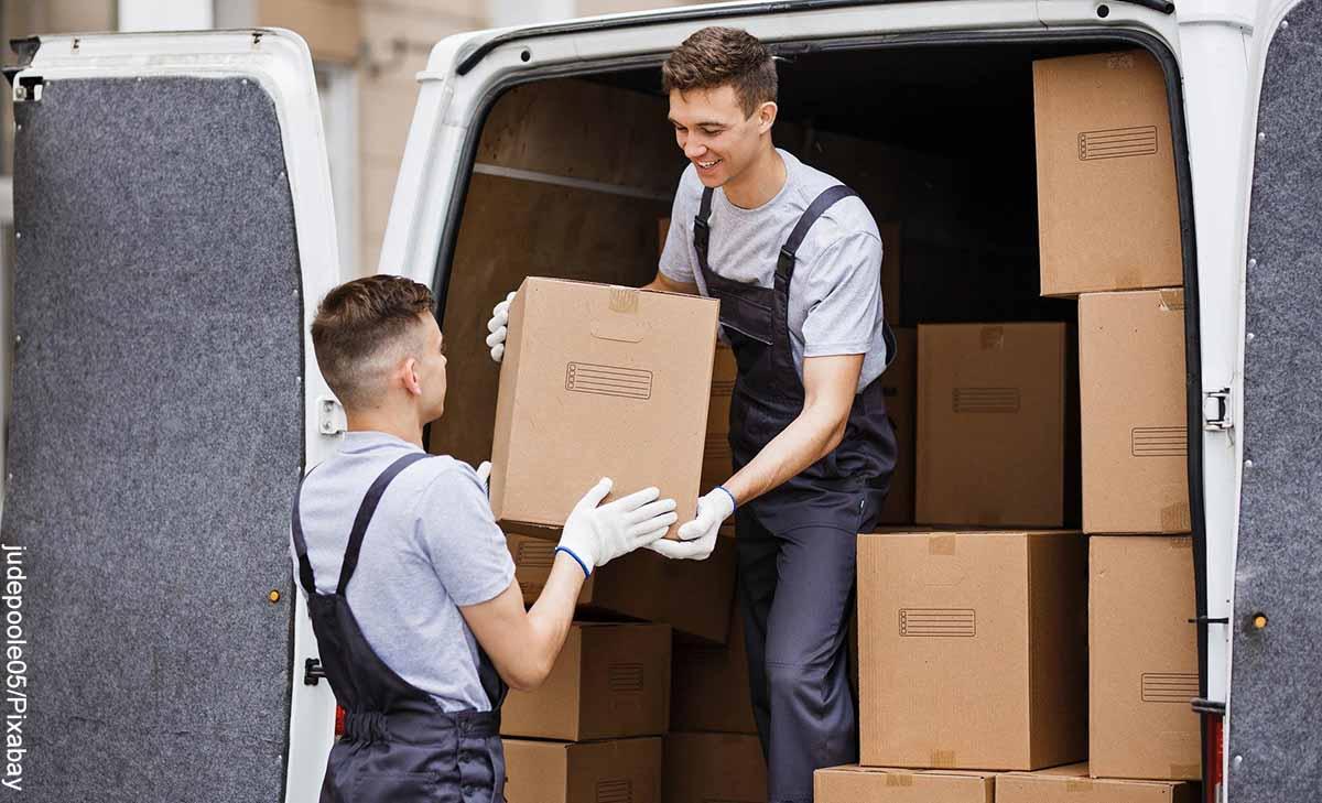 Foto de dos hombres descargando cajas de un camión que muestra lo que es soñar con trasteo