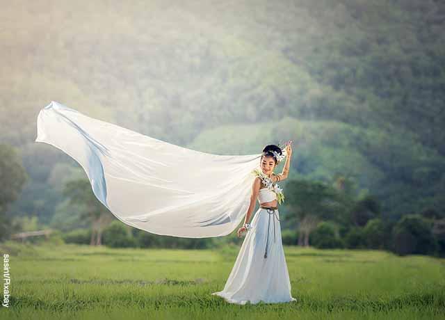 Foto de una mujer a la que le vuela el traje que revela lo que es soñar con vestido blanco