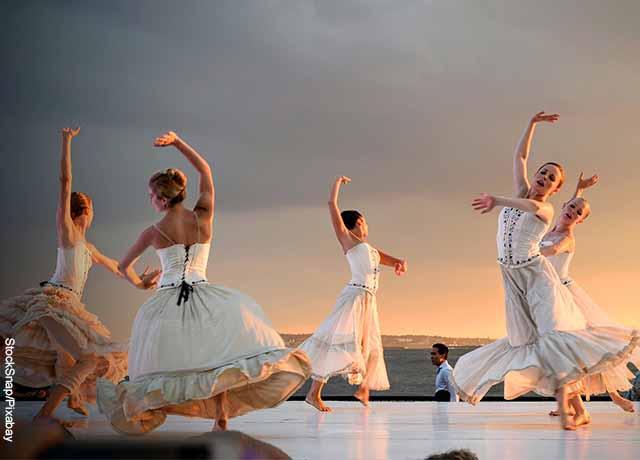 Foto de varias bailarinas de ballet danzando