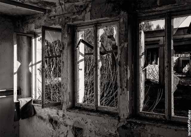 Foto de varias ventanas rotas en una casa que muestra lo que es soñar con vidrios