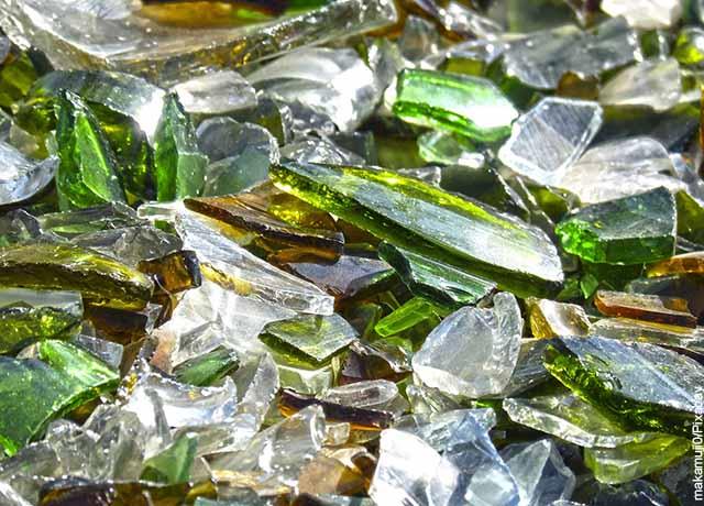 Foto de cristales de colores rotos en el piso