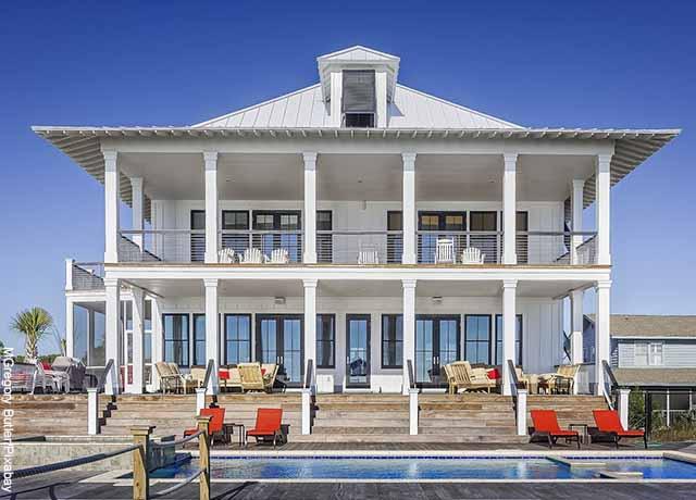 Foto de una mansión blanca grande con piscina