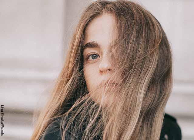 Foto de una modelo a la que el pelo le cae en la cara