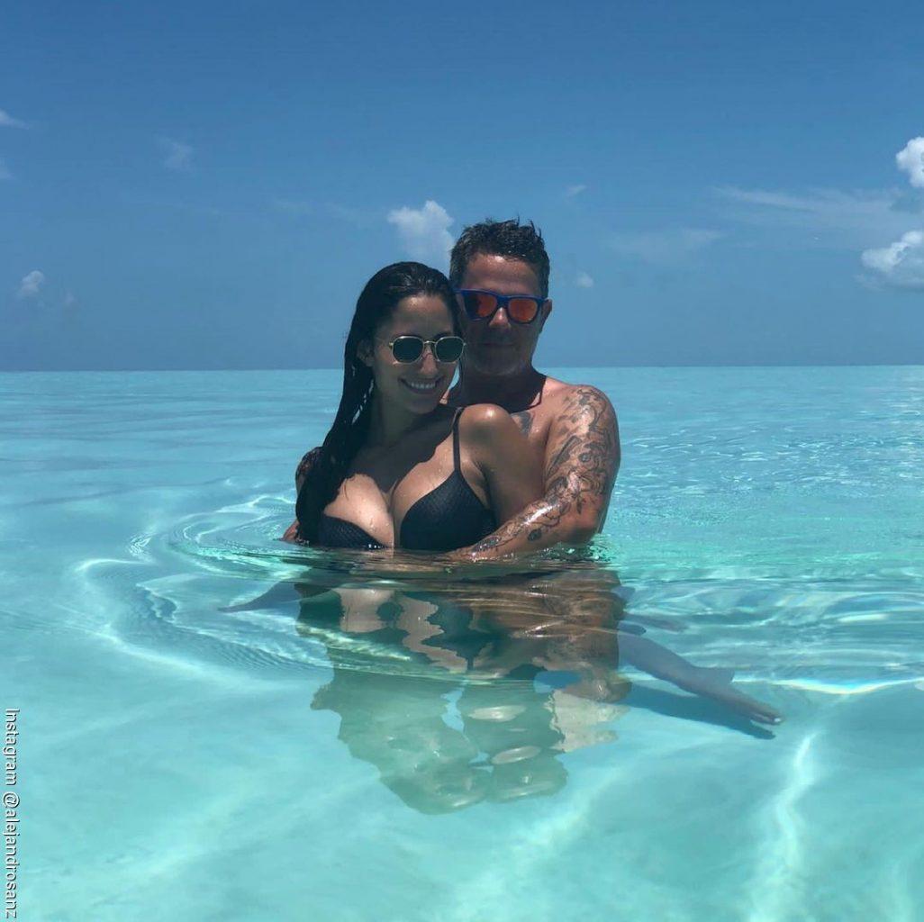 Foto de Alejandro Sanz y Rachel Valdés abrazados por la cintura  disfrutando del mar