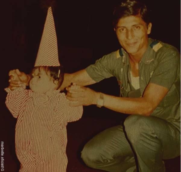 Foto de Marbelle cuando niña y su papá