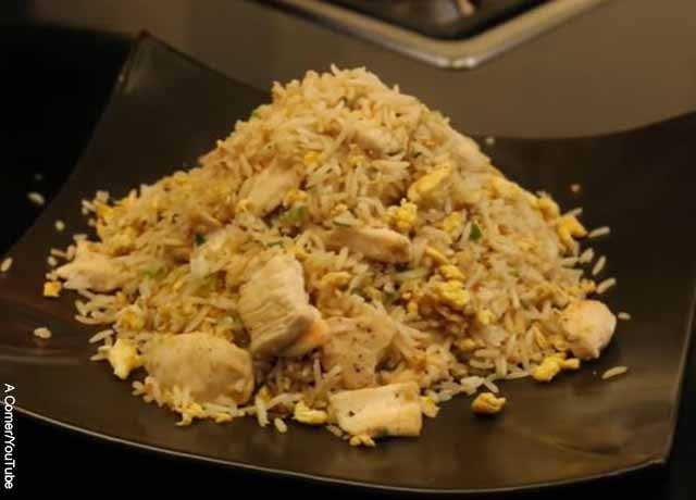 Foto de un plato de arroz chaufa servido