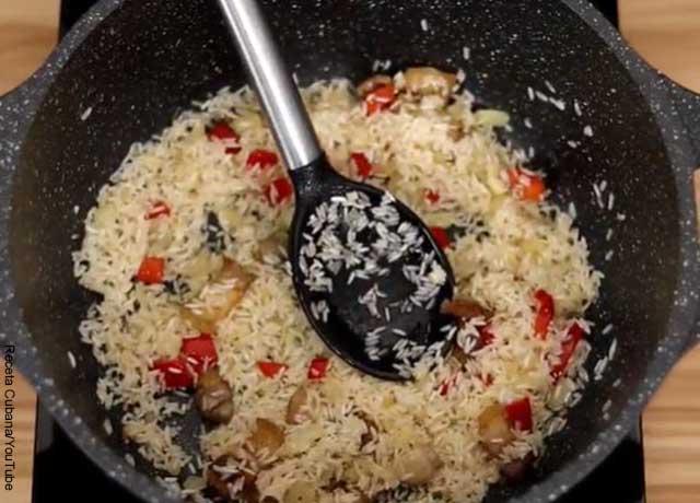 Foto de un arroz con sofrito en una sartén