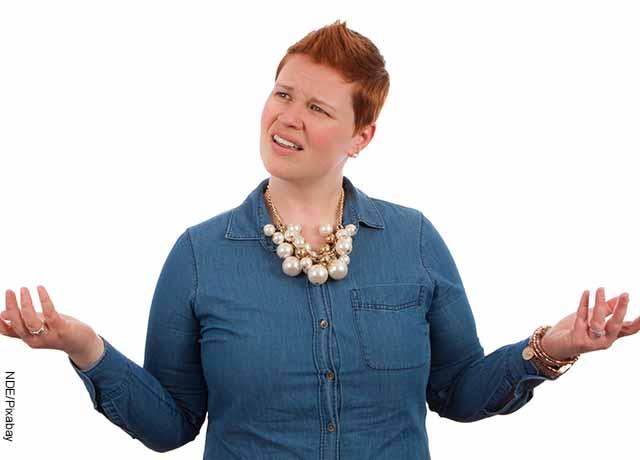 Foto de una mujer en pose de querer preguntar algo