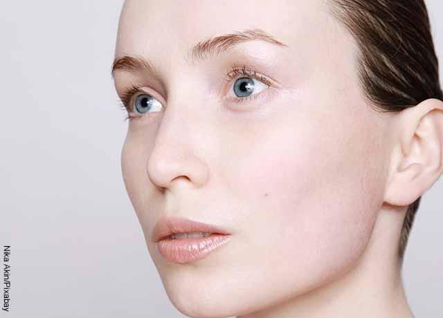 Foto del rostro de una modelo que muestra la biotina para qué sirve