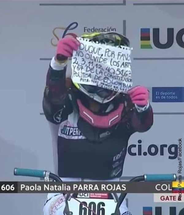 Ciclista colombiana fue regañada por mostrar letrero contra Duque
