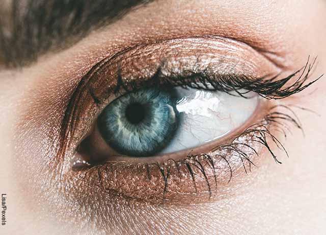 Foto del ojo verde de una mujer que revela cómo hacer crecer las pestañas