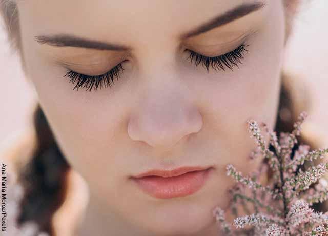 Foto del rostro de una joven con los ojos cerrados