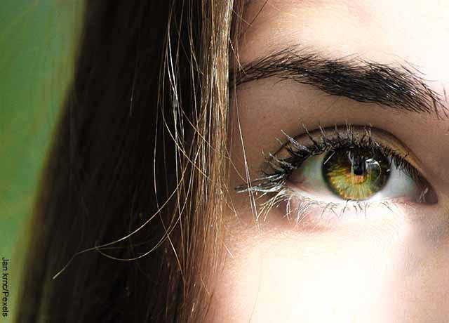 Foto del rostro de una chica que muestra uno de sus ojos