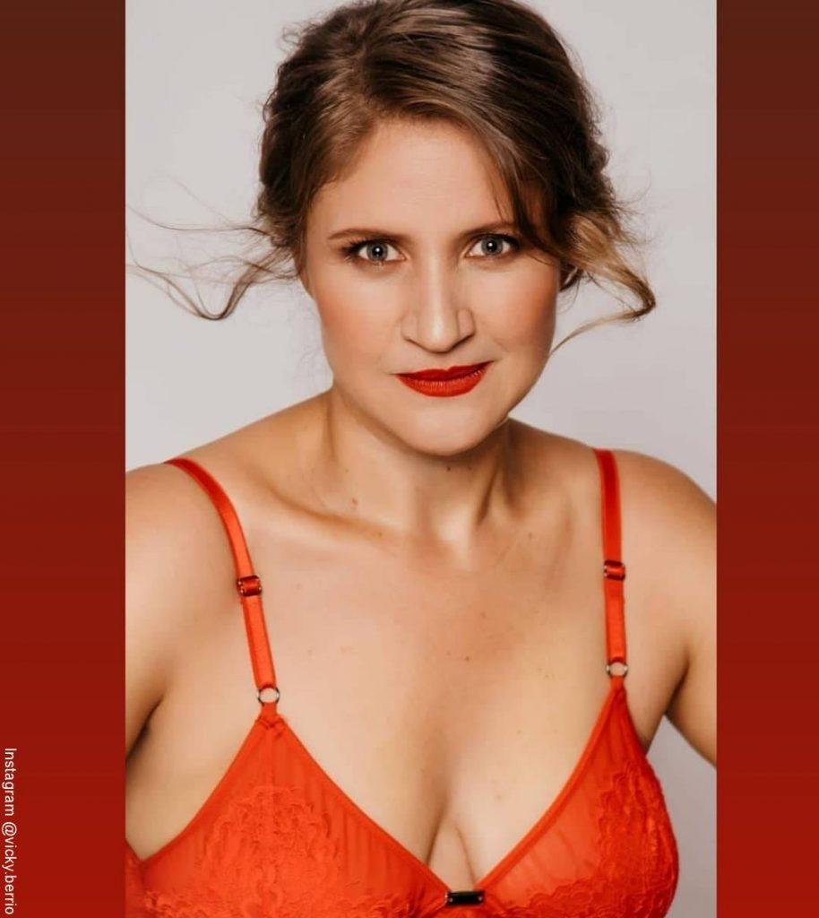 Foto de Vicky Berrio luciendo un brasiere de color rojo