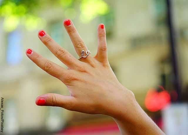 Foto de la mano de una mujer