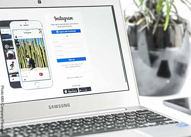 Foto de la pantalla de un computador en la página de inicio de Instagram