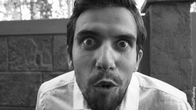 Foto de la cara de un hombre sorprendido que muestra las cosas que no sabías hace 5 minutos