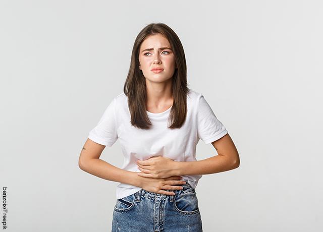 Foto de mujer con dolor en su vientre