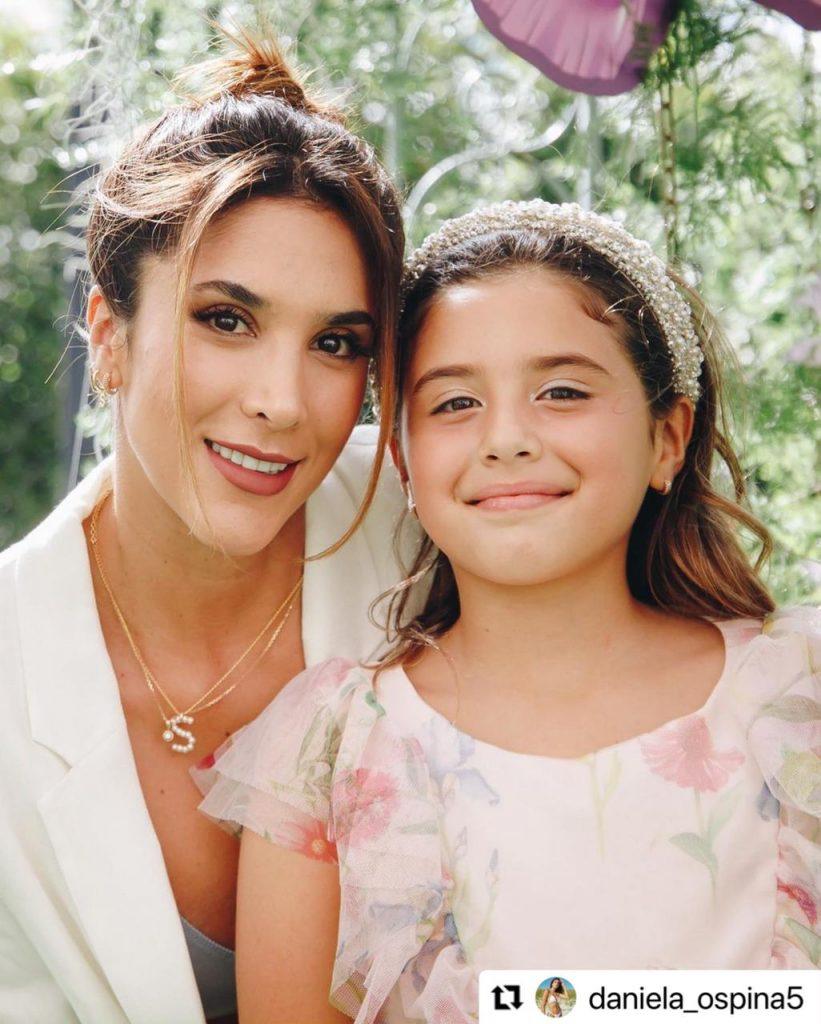 Daniela Ospina junto a Salomé