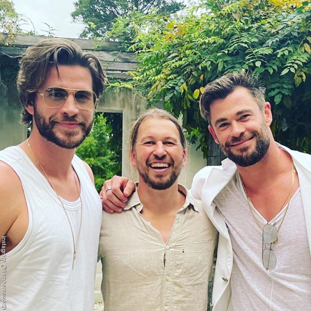 Foto de Liam Hemsworth y su hermano Chris junto a un amigo de la familia
