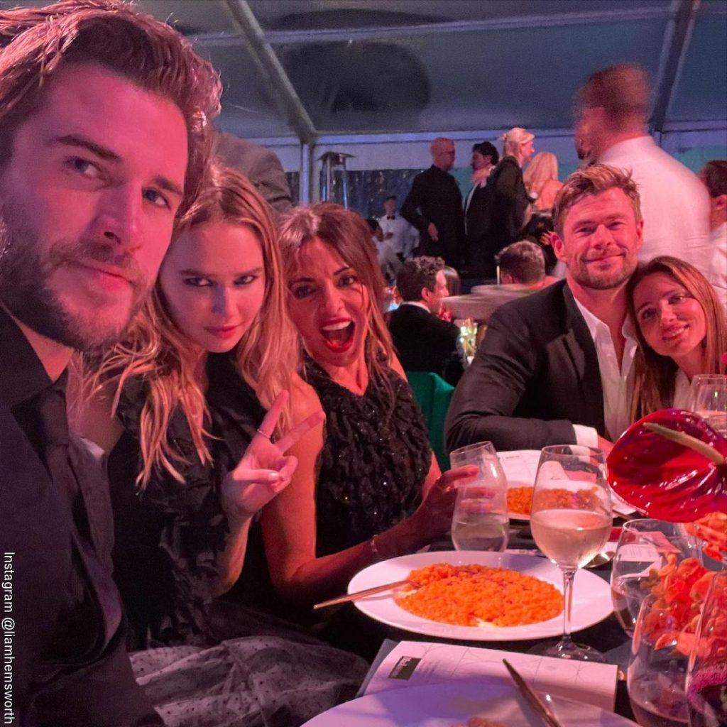 foto de Liam Hemsworth en una cena benéfica junto a su nuevo amor, su hermano y su esposa