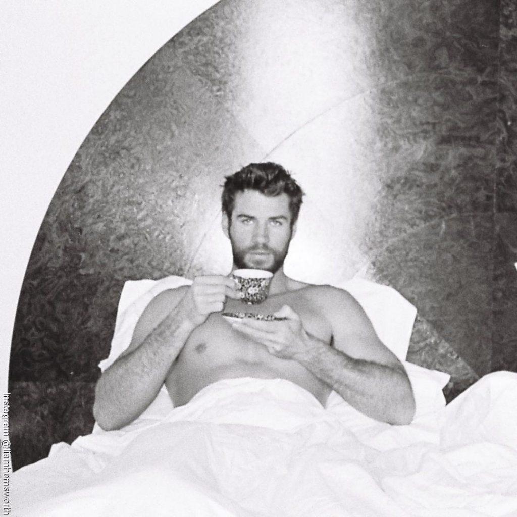 Foto de Liam Hemsworth en la cama tomando café